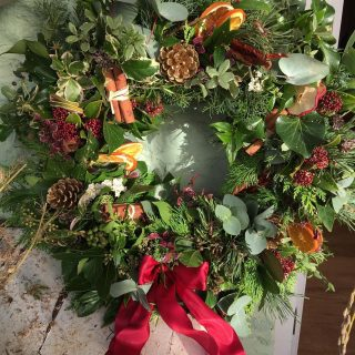 I delivered the last of the @fairford_flower_collective wreaths yesterday to one of our lovely customers at @lakes_byyoo This beautiful wreath was made by Beth @honeymoonfernflowers #fairfordflowercollective #teamwork #workingtogether #wreathsofinstagram #christmaswreath #christmas2020 #lastofthewreaths #fairford #cotswolds