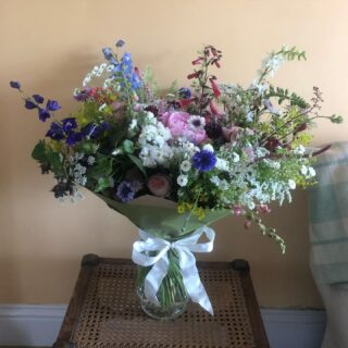 This huge bouquet, which I delivered to @lordsofthemanor yesterday was a very special one. It was a gift to a bride from her parents as they were unable to attend her wedding because of Covid travel restrictions. Hopefully they will be able to celebrate together very soon. It's been a busy week of weddings for the @fairford_flower_collective team too, everyone has been flat out. We are all very excited to be working on wedding flowers again! Thank you to @ivydeneflowerfarm flower farm for topping me up during a very busy few days! 🙏🌸#freshcutflowers #workingtogether #locallygrownflowerscotswolds #growninthecotswolds #britishgrowncutflowers #grownintheuk #chemicalfree #flowersforbeesandbutterflies #largebouquet #localdelivery #giftbouquet