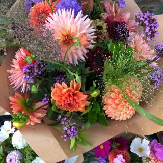 THANK YOU to everyone who came and bought flowers yesterday in aid of @shinebrightsupport!! 💛💫🌟We were sold out by 9:30am! Next time we will make sure we have plenty more to go round 💐 #gardengatesales #freshflowers #cutflowers #locallygrownflowers #chemicalfreeflowers #growninthecotswolds