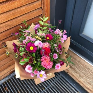 Day 6 #flowerfarmerama Who do you like to work with?I like to work with anyone who loves my vibrant, scented and sustainably grown blooms! I really value my regular customers who buy bunches, bouquets and buckets of flowers from me. Last year I was also very fortunate to supply my flowers to some amazing local florists @thefloralnest @wildthoughtsfloristry @millefleurpearl @corkyandprince I also love working with @fairford_flower_collective of course! @corkyandprince @honeymoonfernflowers @tcgcutflowers  We make a good team! I'm looking forward to flowering the Cotswolds with them this season 💐#flowerfarmerama #seasonalflowers #cotswolds #flowersfromthefarm #britishflowergrowers #floweronaessive #ecoflowers #cutflowergrower #localflowers #igrewthese #britishgrownflowers #growninthecotswolds #sustainablygrown #chemicalfree #thisismybusiness #fairford