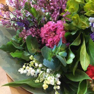 Happy Friday!  #locallygrownflowers #britishgrown #seasonalflowers #fieldtovase #growingwiththeseasons #chemicalfreeflowers #growninthecotswolds #smallbusiness #cotswolds