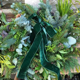 We have a beautiful foliage wreath by @corkyandprince on our garden gate stand this afternoon! Stop by or let me know if you would like it! ✨💫✨ #christmaswreath #foliagewreath #velvetribbon #decorateyourdoor #christmasdecor #christmas2020 #christmascheer #irisandwilfdecember